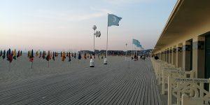 Baladez-vous sur les planches de Deauville au coucher du soleil